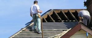 Dakdekker legt nieuwe dakbedekking op schuin dak